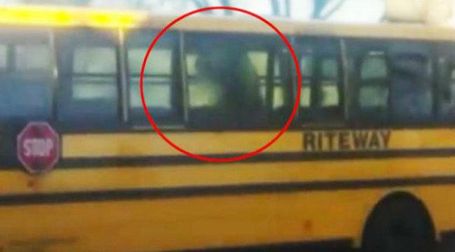 Iskolabuszon döntötte meg a prostit a sofőr - videó