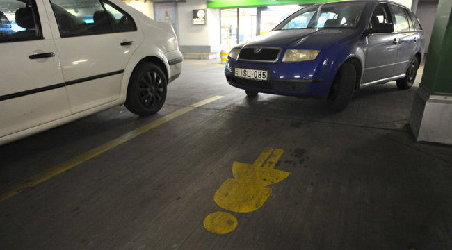 Női parkolóval nyugtatják a hölgyeket Szegeden