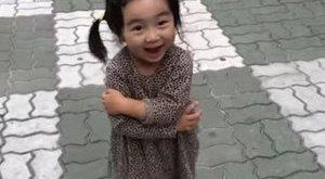 Gigacukiság: csipogó cipőtől kacag a kislány