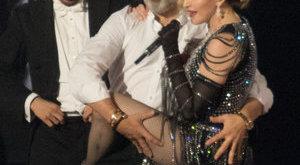 Öten segítették föl Madonnát a színpadról