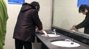 Sokkoló dolgot tett a hallal a nyilvános vécében