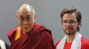 Földig hajolt Ádám előtt a dalai láma