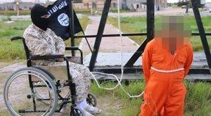 Tolószékes ISIS-es végez ki egy kémet - sokkoló fotó
