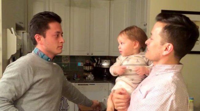 Ilyen az, ha egy baba duplán látja az apukáját - videó