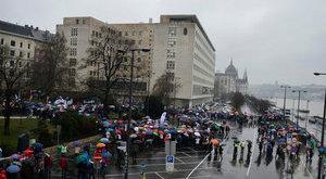 A Parlament előtt tüntettek a pedagógusok