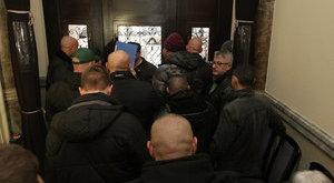 Kopaszok csaptak balhét a választási irodánál