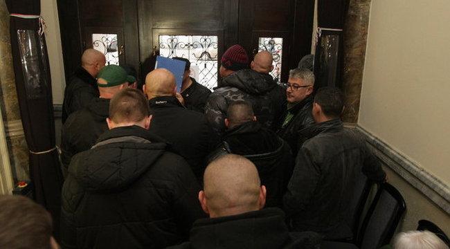 Börtönviselt emberek balhéztak a választási irodánál