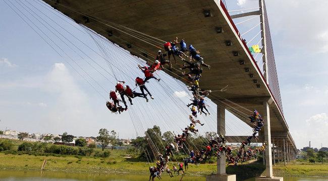 149 ember ugrott le egyszerre a hídról – durva fotók