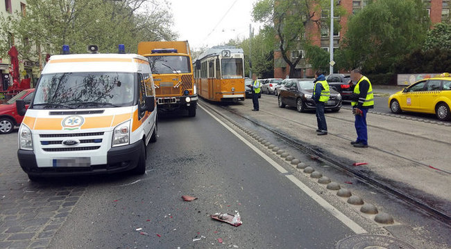 Mentő, busz, terepjáró, villamos: elképesztő baleset Budapesten - fotók