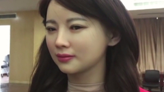 Élethűre sikerült a robotnő: hiú lett - videó