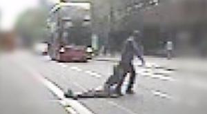 Kiütötte a mozgássérültet, majd a busz elé vonszolta