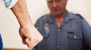Eszméletlenre verte a 80 éves bácsit Tiszacsege polgármestere