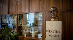 Irodai kiegészítő lett Horn Gyula szobrából