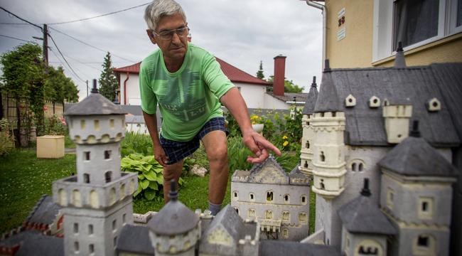 Kastély és templomok díszítik Misi bácsi kertjét