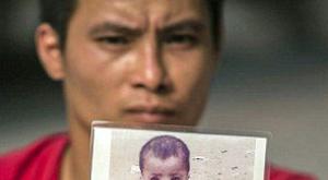 Megható: négykézláb keresi fiát a mozgássérült apa