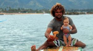 9 hónaposan szörfözik! Cukiság!