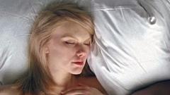 Mit csináltak a pucér sztárok az énekes ágyában?