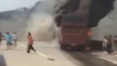 Szalagkorlátnak ütközött egy busz - 30 halott