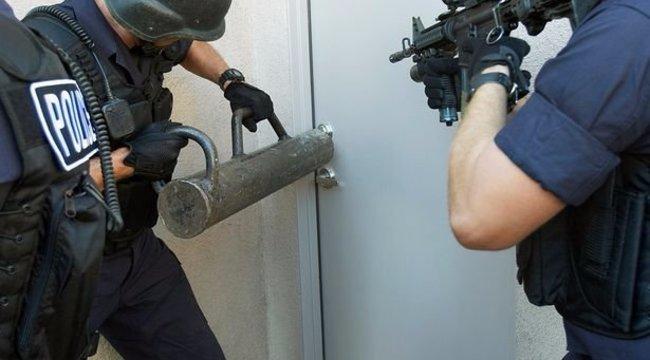 Guminőre törte rá az ajtót a rendőrség