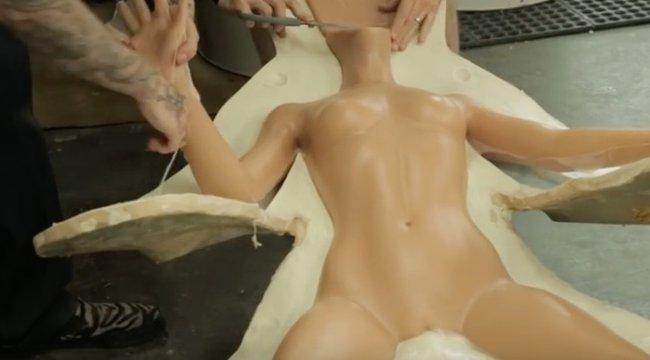 Így készül az élethű szexbaba! - videó