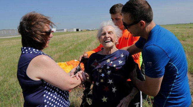 Ejtőernyőzéssel ünnepelt a 92 éves nagyi