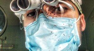 Műtét közben is szelfizik az ukrán plasztikai sebész