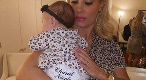 Hatalmas mellet és cuki kisbabát mutatott a rapper felesége