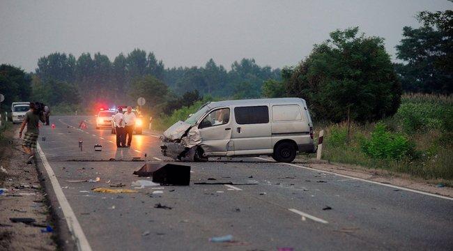 Sokkoló fotók: szétszakadt az autó a halálos balesetben - fotók