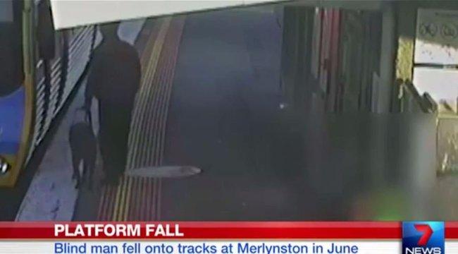 Rémisztő: beesett a sínek közé a vak ember