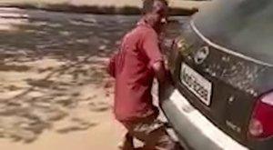 Bizarr: Fényes nappal szexelt egy autóval - levideózták