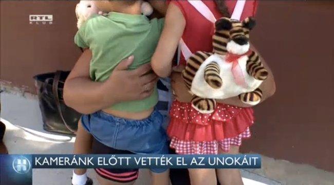 Megrázó videó! - Kamerák előtt vették el a gyerekeket a nagymamától