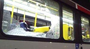 Rálőttek az egyik médiabuszra Rióban!