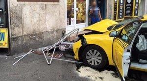 Dohánybolt falába csapódott egy taxi a Szent István körúton - fotók