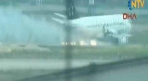 Kigyulladt egy utasszállító, kényszerleszállást kellett végrehajtania – videó