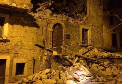 Rettenetes földrengés rázta meg Olaszországot