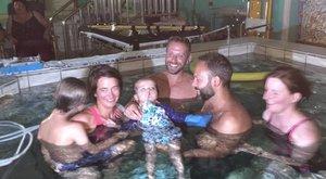 Utolsó ajándék: úszhatott egyet a családjával a négyéves