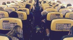 Ez a kisfiú felfedezte a repülőn való kényelmes alvás titkát