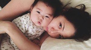Elképesztő, mit csinál alvó gyerkőcével minden nap az anya - fotók
