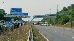 Gyalogoshíd szakadt az autópályára – videó