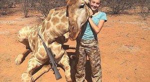 Halott állatokkal pózol a 12 éves kislány a szafarin – képek
