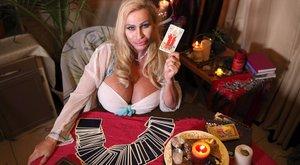 9,5 kilós mellei segítik a jósnőt - fotók
