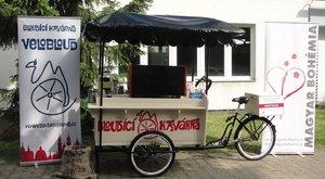 Triciklivel dolgoznak a jövőjükért a hajléktalanok