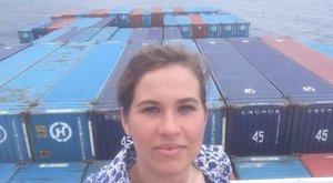 Fogy a kaja: konténerhajón ragadt a művésznő a matrózokkal