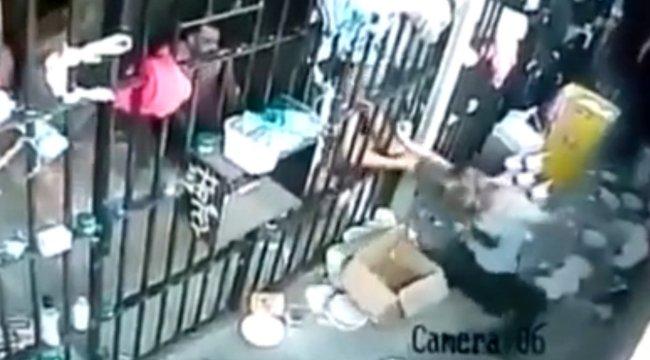 Rémisztő pillanat: így estek neki a rabok a szőke börtönőrnek - videó