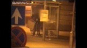 Lebukott: kamerák rögzítették, ahogy kifoszt egy embert – videó, fotók