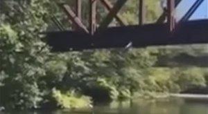 Sokkoló: vasúti hídról dobták le gyermekét - az anya ujjongott! - videó