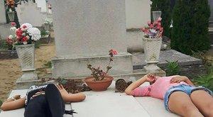 Felháborító: sírokat gyaláztak a pesti tinilányok