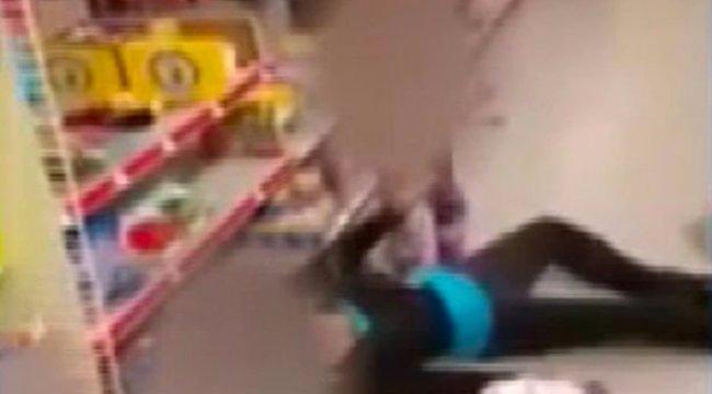 Megdöbbentő felvétel: eszméletlen anyjának könyörög a kétéves