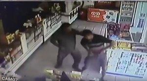 Tűzpárbaj: rablónak nézte egymást két rendőr – videó (18+)