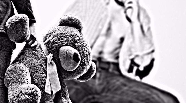 Borzalmas! Megcsonkította kétéves lánya nemi szervét
